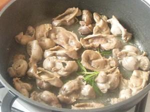 3. Se distuie pipotele in untura de la bacon.